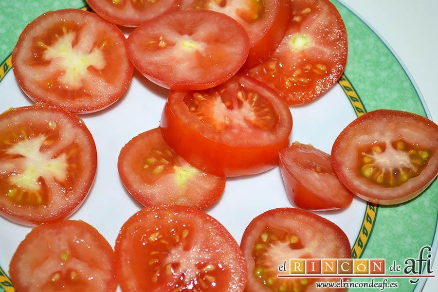Flatbread de espárragos verdes, tomate, miel y mozzarella, cortar los tomates en rodajas y reservar