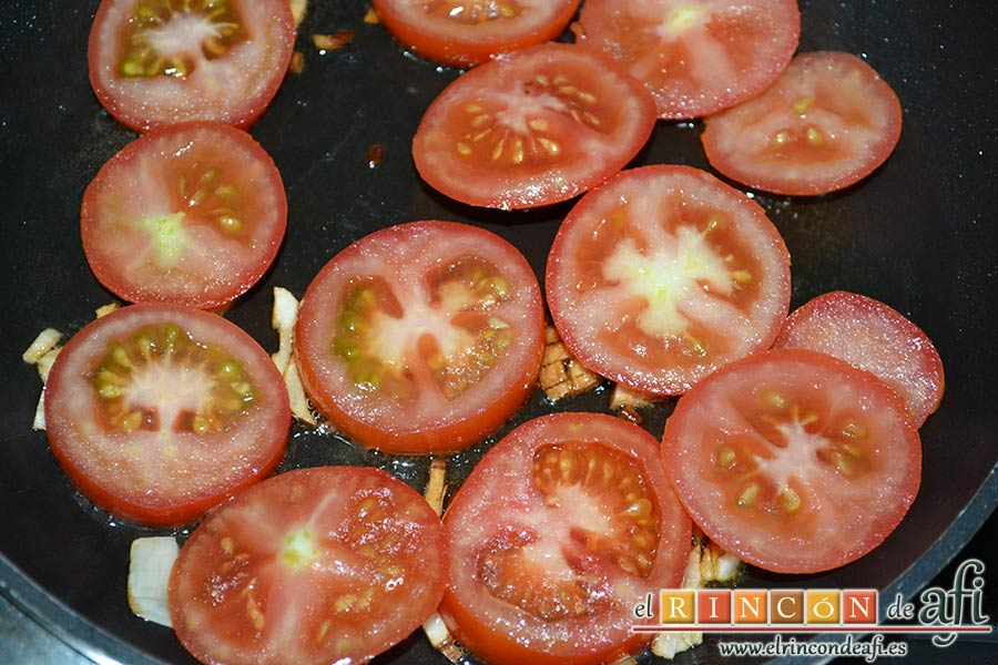 Flatbread de espárragos verdes, tomate, miel y mozzarella, añadir el tomate en rodajas