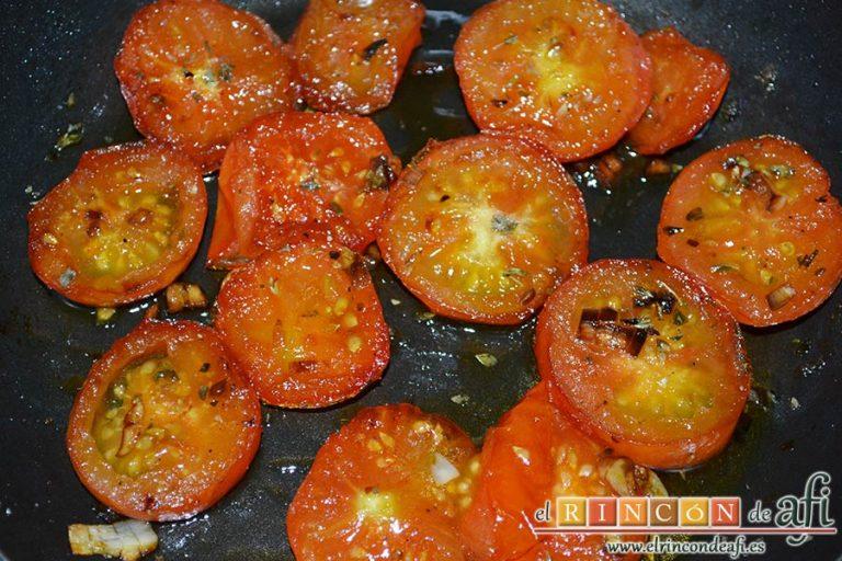 Flatbread de espárragos verdes, tomate, miel y mozzarella, dejar cocer hasta que se caramelicen