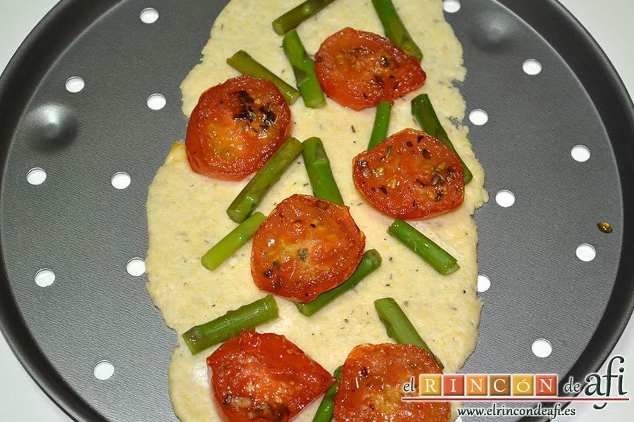 Flatbread de espárragos verdes, tomate, miel y mozzarella, poner por encima tomates y espárragos