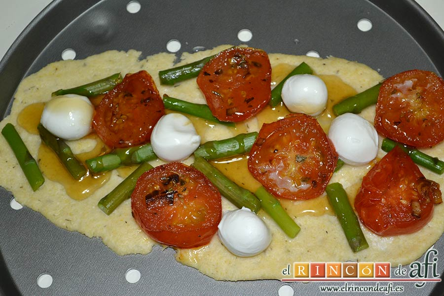 Flatbread de espárragos verdes, tomate, miel y mozzarella, extender una cucharada de miel