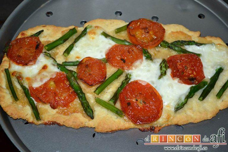 Flatbread de espárragos verdes, tomate, miel y mozzarella, hornear unos 15 minutos hasta que el queso se funda