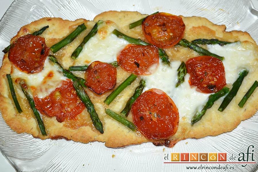 Flatbread de espárragos verdes, tomate, miel y mozzarella, desmoldar y servir