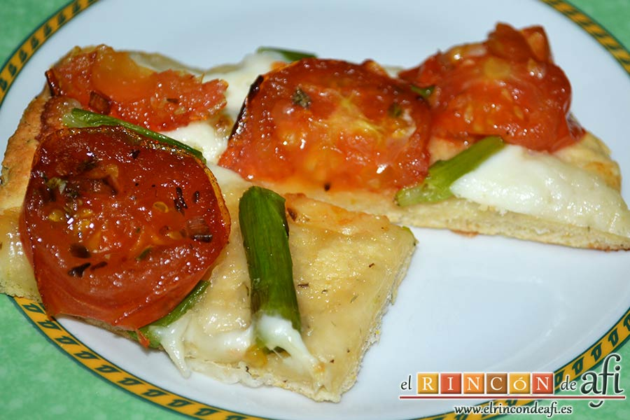 Flatbread de espárragos verdes, tomate, miel y mozzarella, sugerencia de presentación