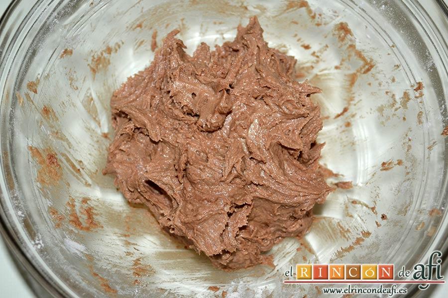 Galletas con doble chocolate chips caseras, volcar la mezcla seca sobre la húmeda e integrar bien con una lengua