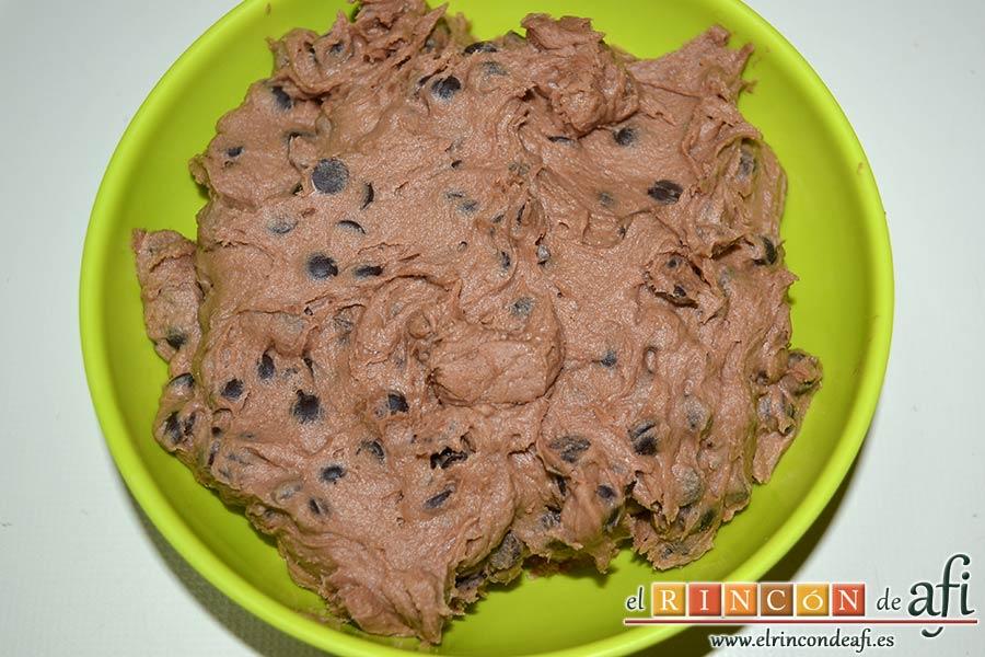 Galletas con doble chocolate chips caseras, refrigerar la masa para poder trabajar mejor con ella