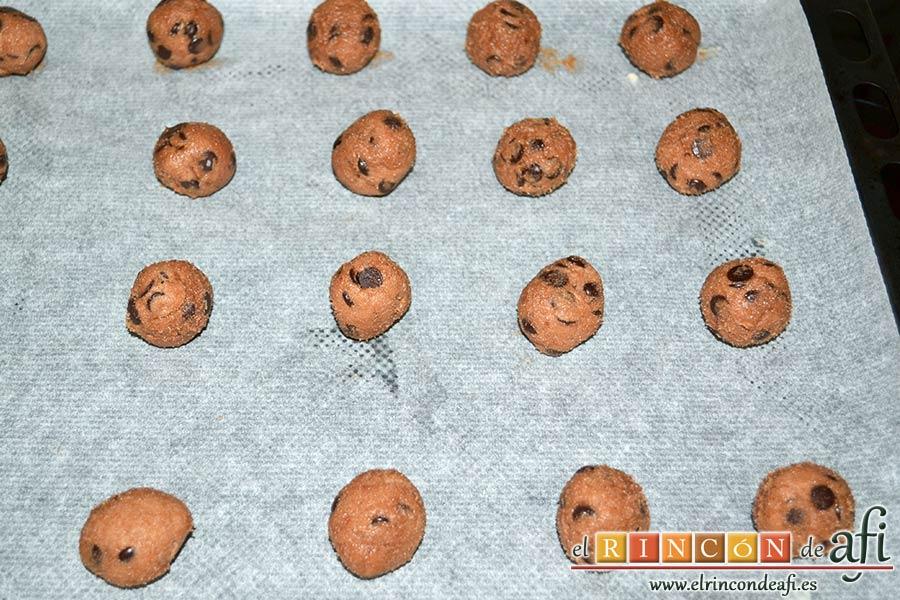 Galletas con doble chocolate chips caseras, formar bolitas y disponerlas sobre una bandeja de horno