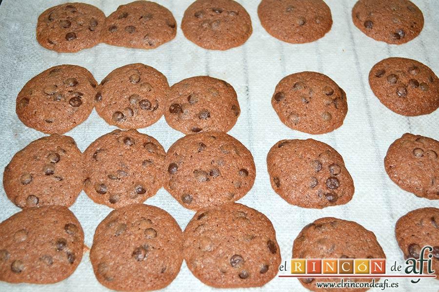 Galletas con doble chocolate chips caseras, hornear y dejar enfriar sobre una rejilla
