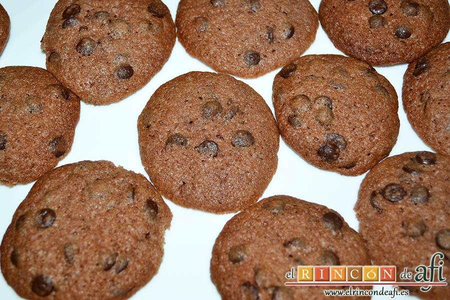Galletas con doble chocolate chips caseras, separar las galletas que se hayan quedado pegadas una vez frías