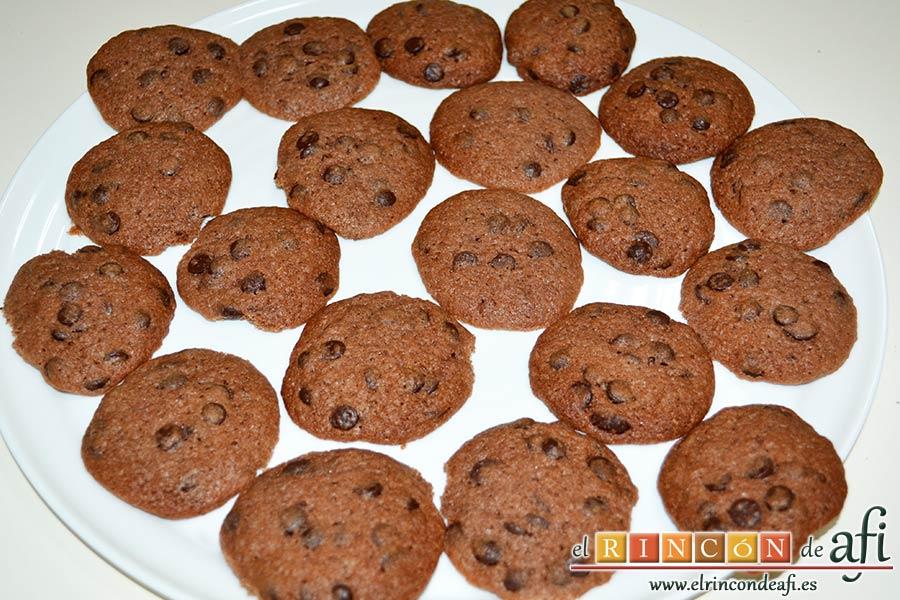Galletas con doble chocolate chips caseras, servirlas como se desee y guardarlas en recipiente hermético