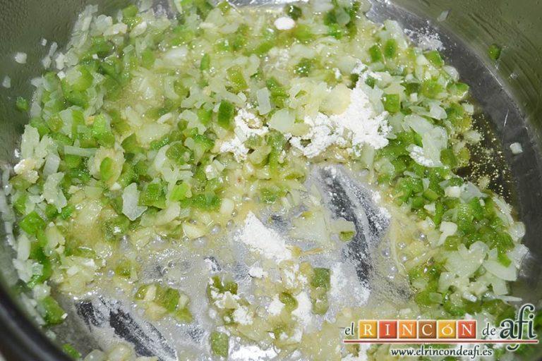 Merluza en salsa, pochar las verduras y echar la cucharada de harina