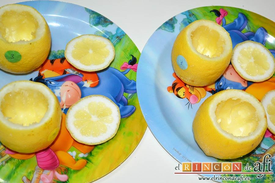 Pastelitos de limón, retirar la pulpa de los limones sin romper la cáscara