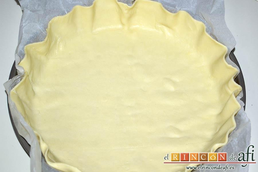 Quiche con queso de cabra y tomates cherry, colocar la masa quebrada cubriendo todo el molde