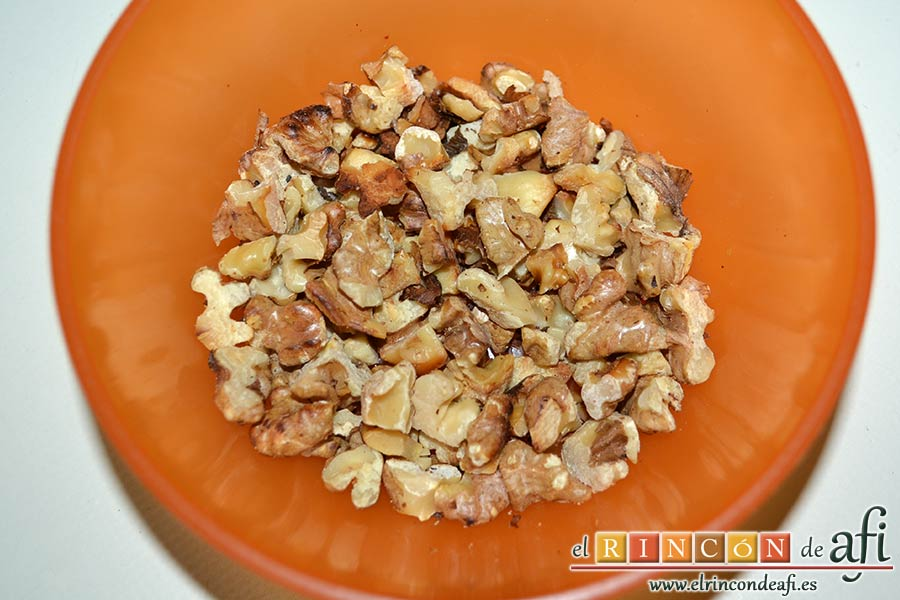 Risotto con champiñones, pera y nueces, trocear las nueces y tostarlas