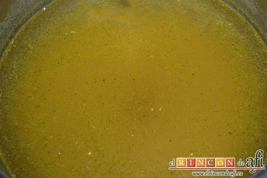 Risotto con champiñones, pera y nueces, preparar y calentar el caldo de verduras