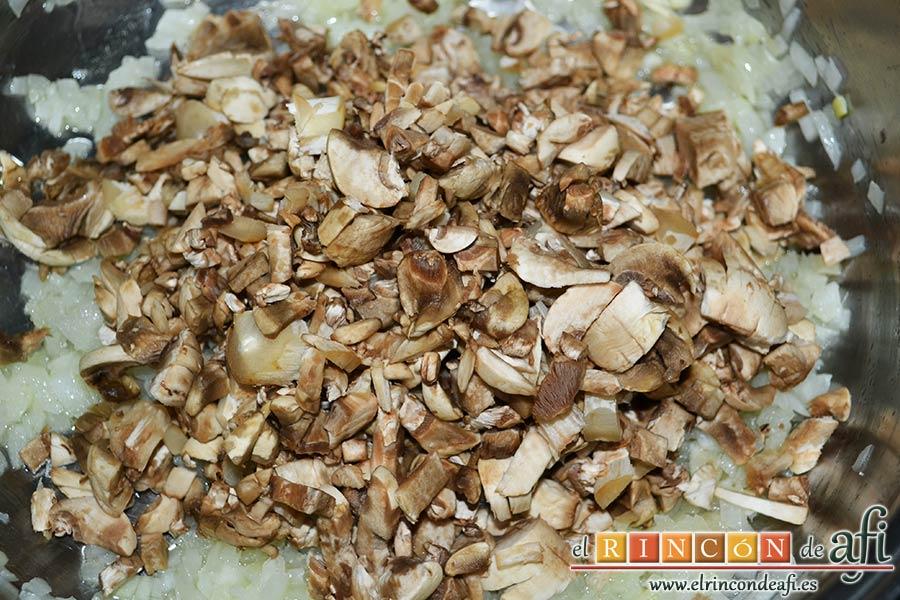 Risotto con champiñones, pera y nueces, limpiar los champiñones, picarlos pequeños y añadir