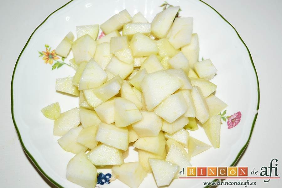Risotto con champiñones, pera y nueces, pelar y trocear la pera