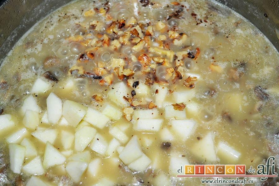 Risotto con champiñones, pera y nueces, añadir las nueces tostadas y pimienta