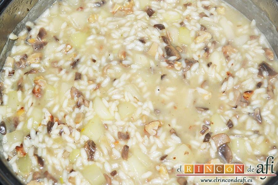 Risotto con champiñones, pera y nueces, seguir añadiendo cucharones de caldo caliente hasta que el arroz esté en su punto