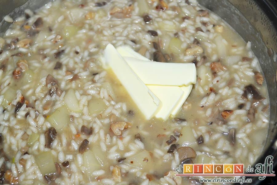 Risotto con champiñones, pera y nueces, mantecar añadiendo primero la mantequilla