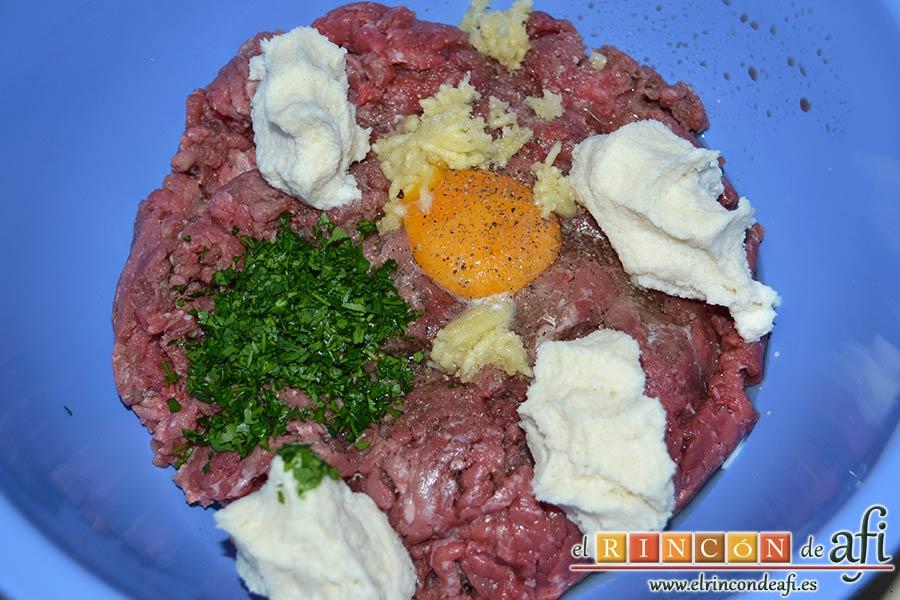 Albóndigas con salsa de cebollas, escurrir el pan y añadirlo