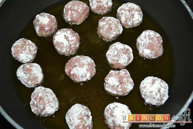 Albóndigas con salsa de cebollas, freírlas en abundante aceite de oliva