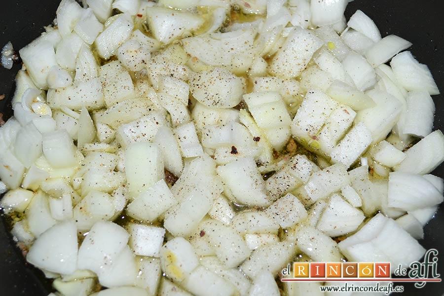 Albóndigas con salsa de cebollas, salpimentar