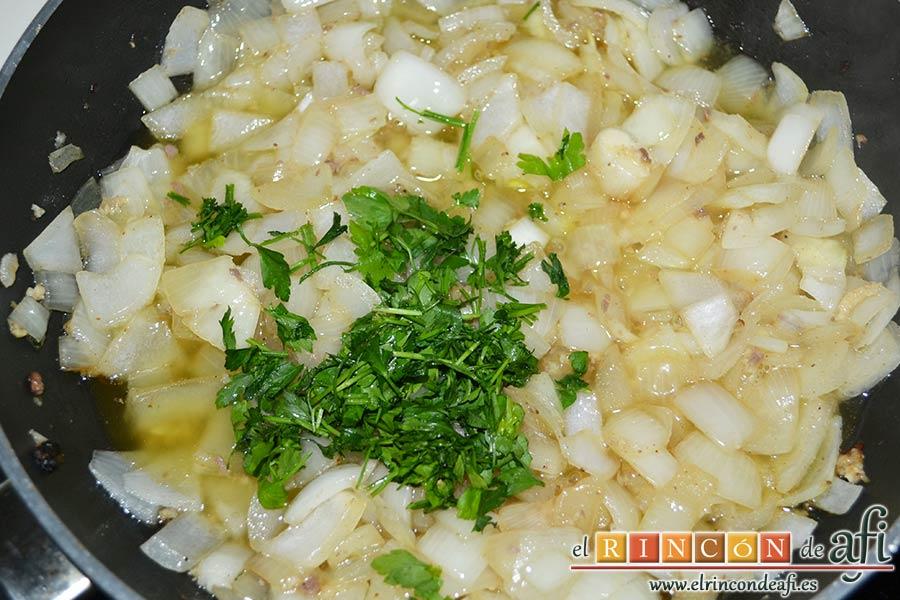 Albóndigas con salsa de cebollas, pochar y añadir el perejil fresco picado