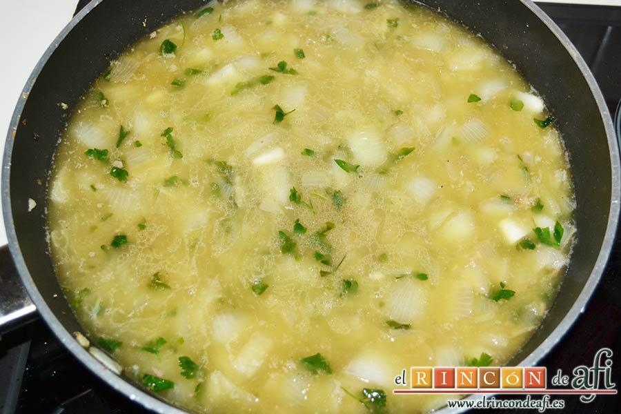 Albóndigas con salsa de cebollas, verter el caldo de carne