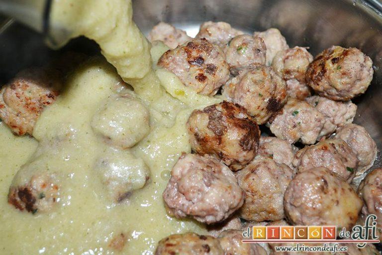Albóndigas con salsa de cebollas, verter la salsa en el caldero de las albóndigas