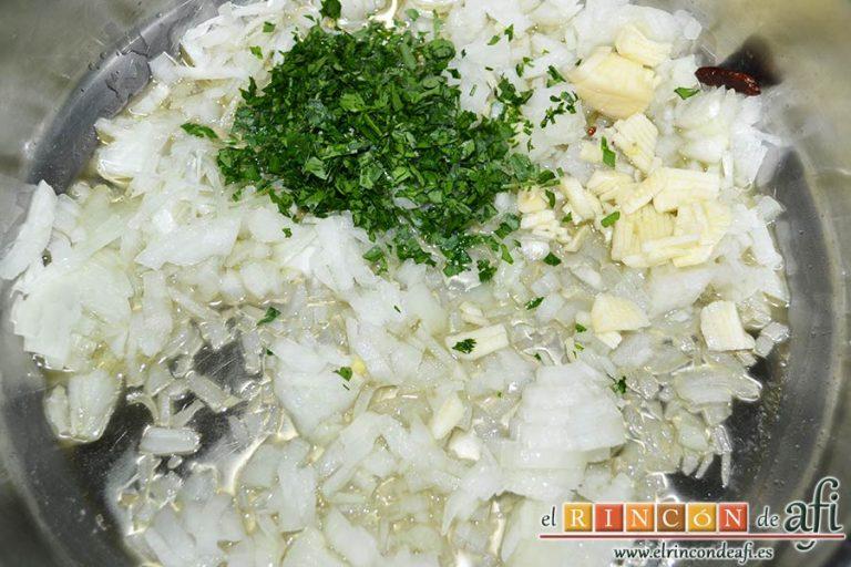 Chipirones en salsa picante, en un caldero de fondo bajo pochamos con aceite de oliva la cebolla, el ajo, el perejil y las pimientas de Cayena