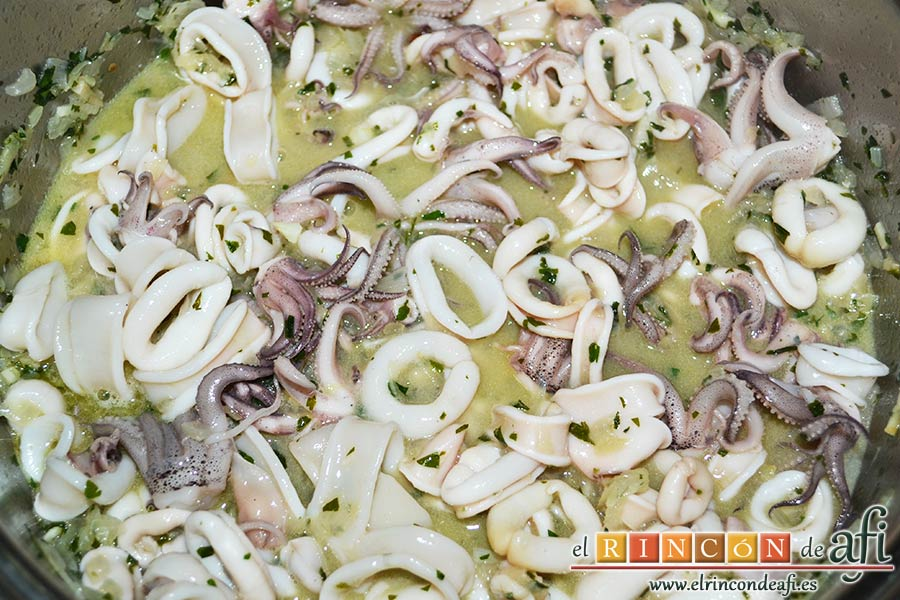 Chipirones en salsa picante, rehogar durante unos minutos