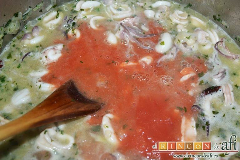 Chipirones en salsa picante, añadir el tomate concentrado, el tomate triturado, la sal y las pimientas molidas