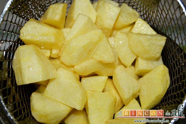 Conejo estilo Afi, pelar las papas, cortarlas en cuadraditos y freírlas