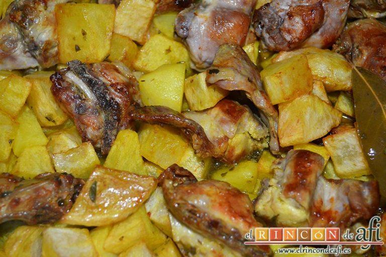 Conejo estilo Afi, cuando esté todo frito y reservado verter en el caldero la cabeza de ajos, la mitad del aceite de la fritura del conejo y el caldo