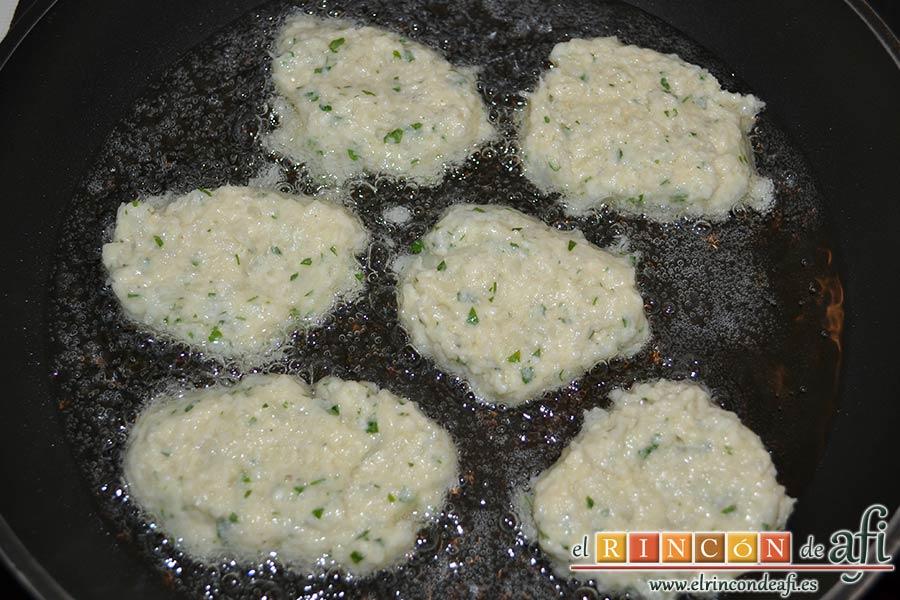 Delicias de coliflor, freír porciones en aceite de girasol