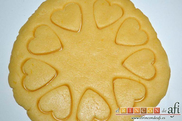 Galletas muselina, amasar porciones de masa e ir recortando las galletas