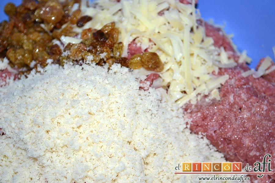 Pastel de carne, añadir la miga de pan rallada