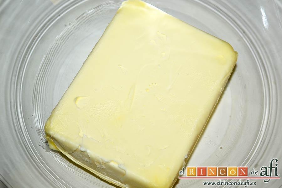 Tarta americana de arándanos, engrasar un molde para horno y preparar la mantequilla en un bol