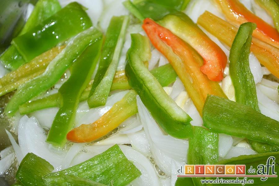 Bacalao en salsa de tomate y pimiento verde, añadir el pimiento verde cortado en tiras
