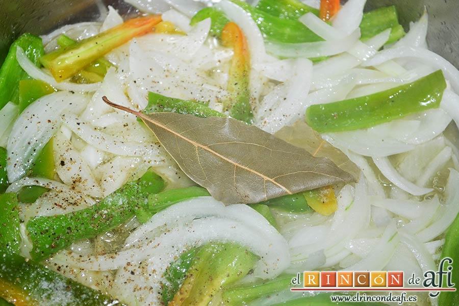 Bacalao en salsa de tomate y pimiento verde, dejar pochar y añadir la hoja de laurel, la sal y las pimientas molidas