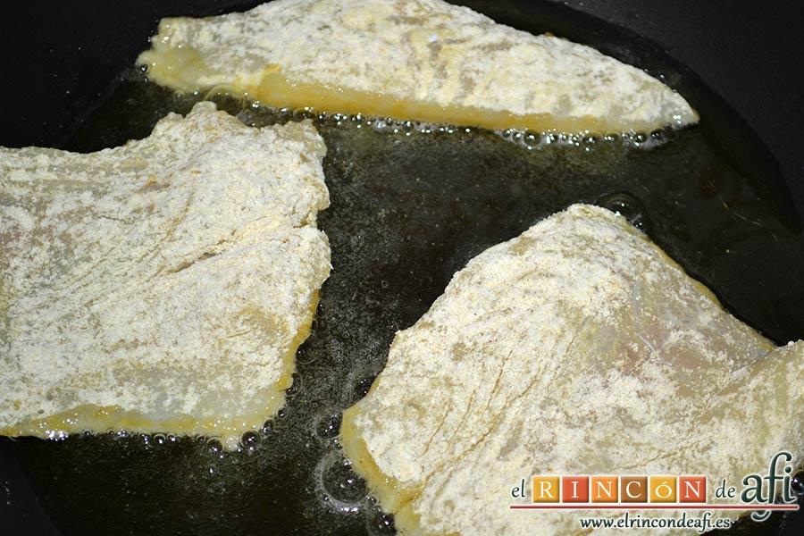 Bacalao en salsa de tomate y pimiento verde, freír el balacao en aceite de oliva caliente