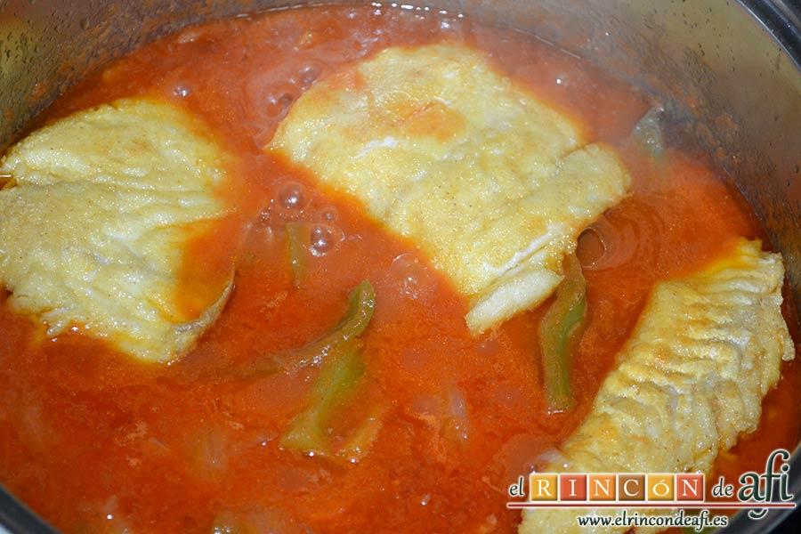 Bacalao en salsa de tomate y pimiento verde, añadirle a la salsa una puntita de azúcar y añadir el bacalao