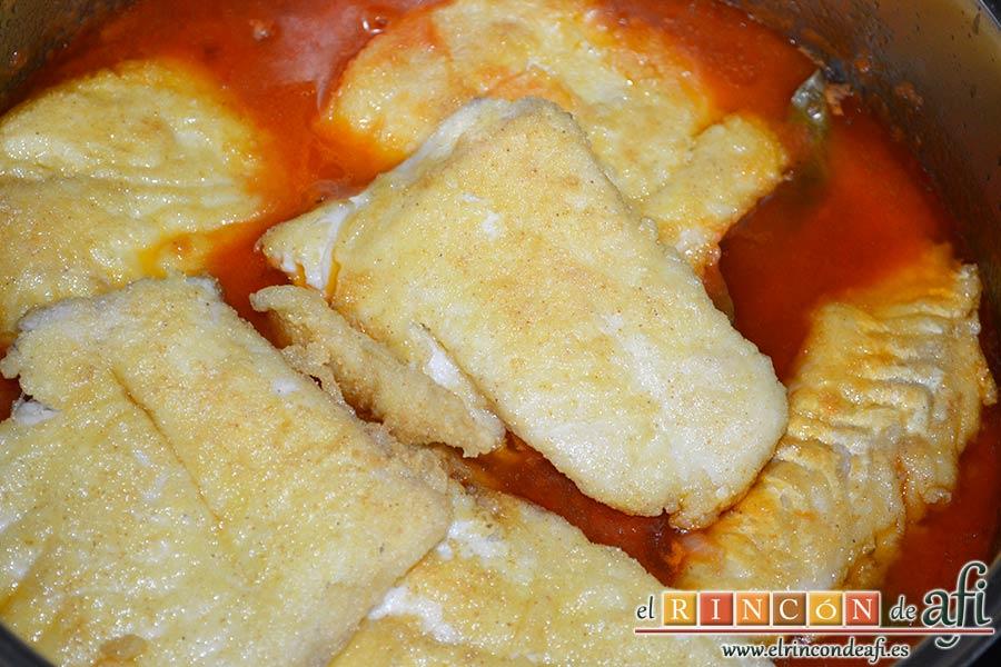 Bacalao en salsa de tomate y pimiento verde, dejarlo unos minutos en la salsa