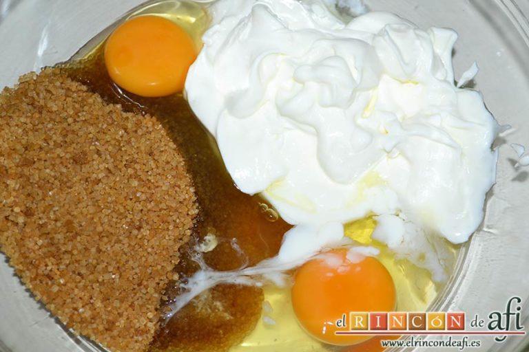 Bizcocho de yogur y frutos rojos, poner en un bol los huevos, el azúcar moreno y el yogur