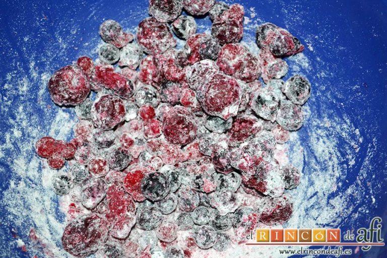 Bizcocho de yogur y frutos rojos, en otro bol mezclar los frutos rojos con 1 cucharada de harina