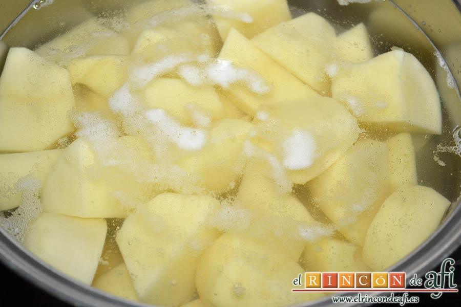 Brazo gitano de papa relleno de atún y pimiento, pelar, trocear las papas y sancocharlas