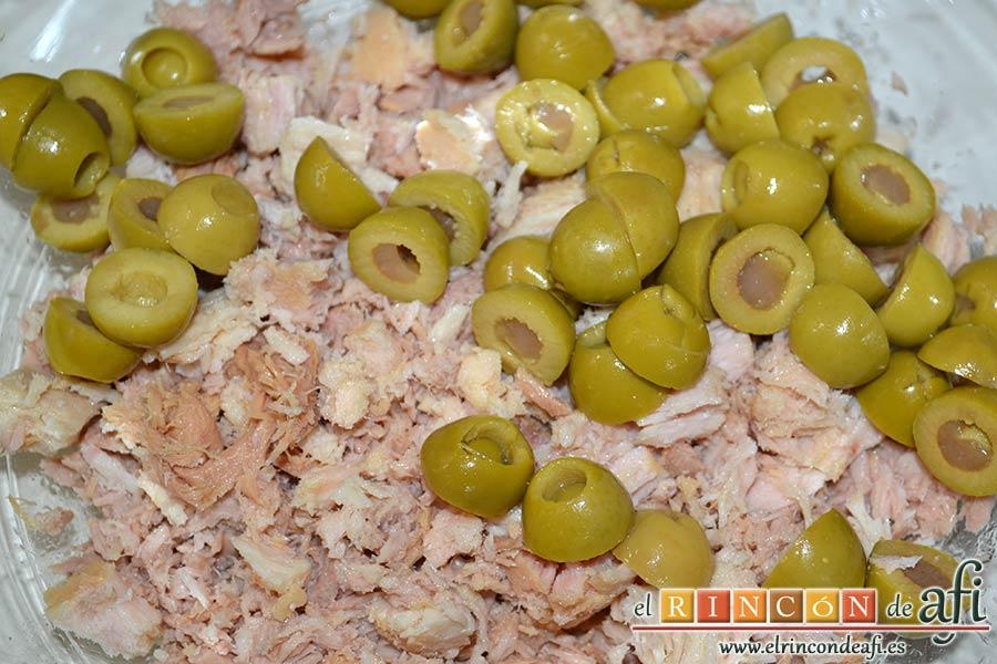 Brazo gitano de papa relleno de atún y pimiento, añadir las aceitunas partidas por la mitad