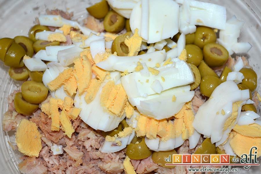 Brazo gitano de papa relleno de atún y pimiento, añadir los huevos sancochados troceados