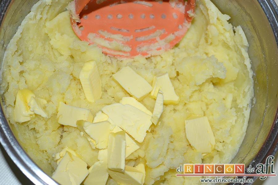 Brazo gitano de papa relleno de atún y pimiento, añadir la mantequilla en cuadritos